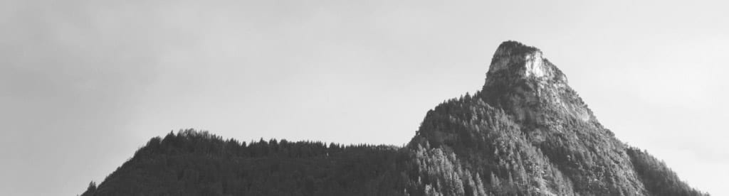 Schwarz-weiß-Foto eines Berggipfels