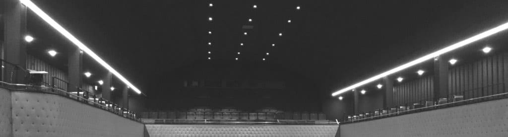 Schwarz-weiß-Aufnahme von Rängen in einem Theater