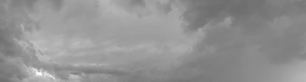 Schwarz-weiß-Aufnahme eines bewölkten Himmels
